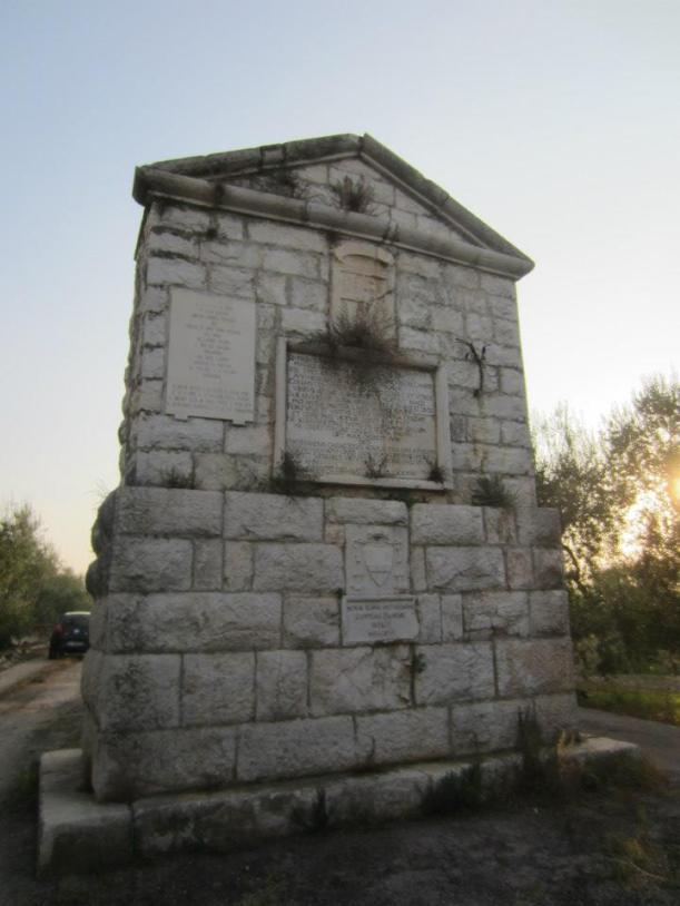 Corato - Campagna tra Andria e Corato - Monumento alla Disfida